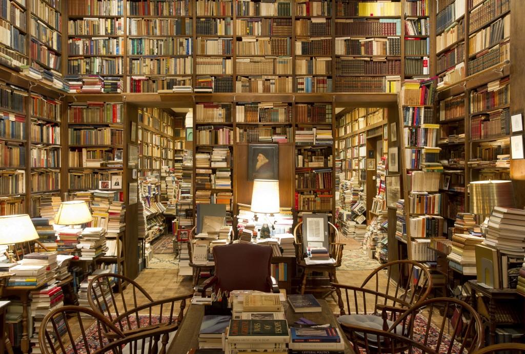 Bibliothèque mal rangée